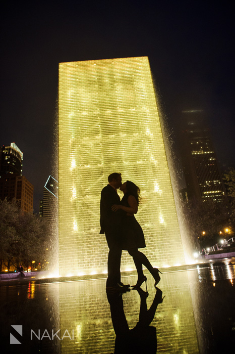 best chicago engagement pictures millennium park night