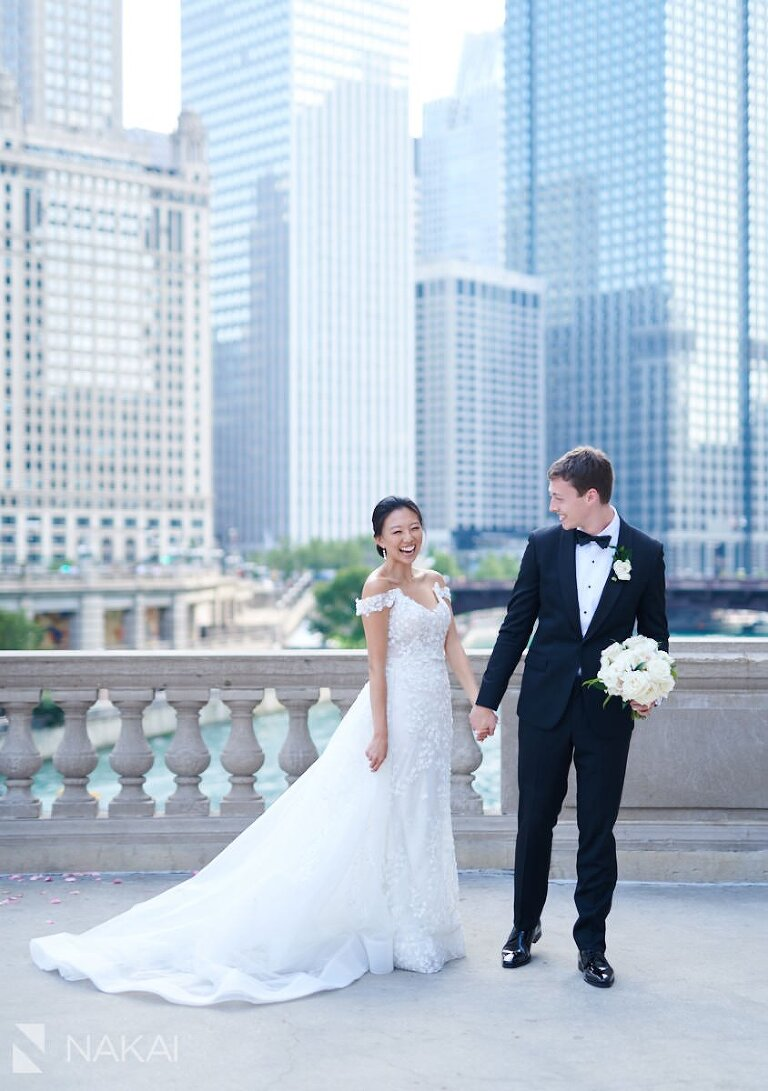 beautiful chicago wedding photos Wrigley building
